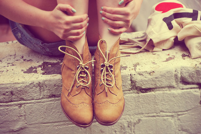 Brązowe pantofle jazzówki