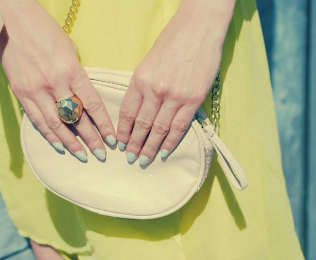 Miętowy lakier do paznokci