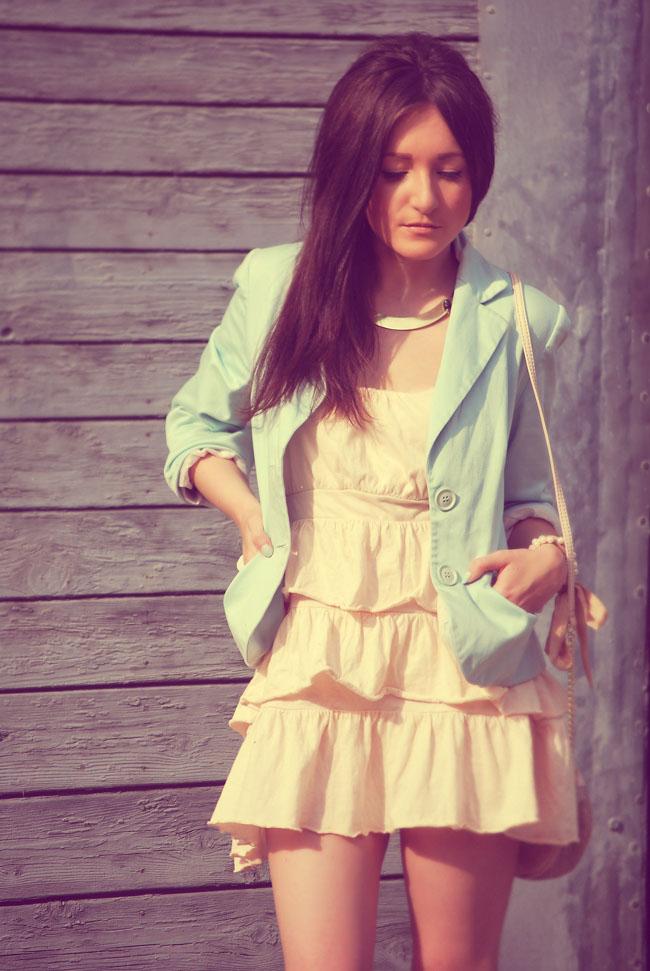 Sukienka pastelowa z falbankami