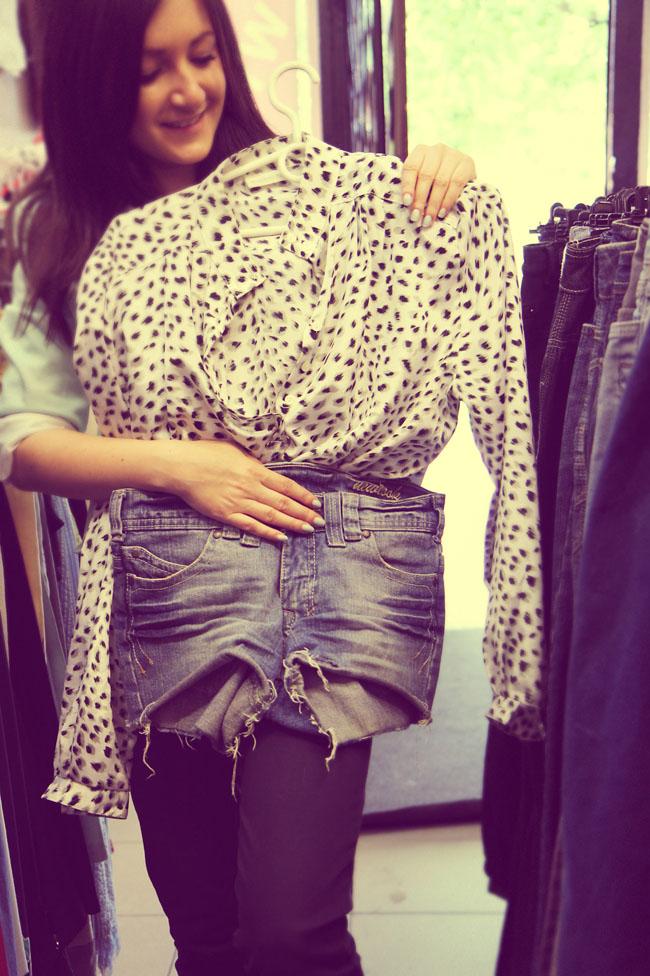 Szorty jeansowe postrzępione i bluzka w cętki