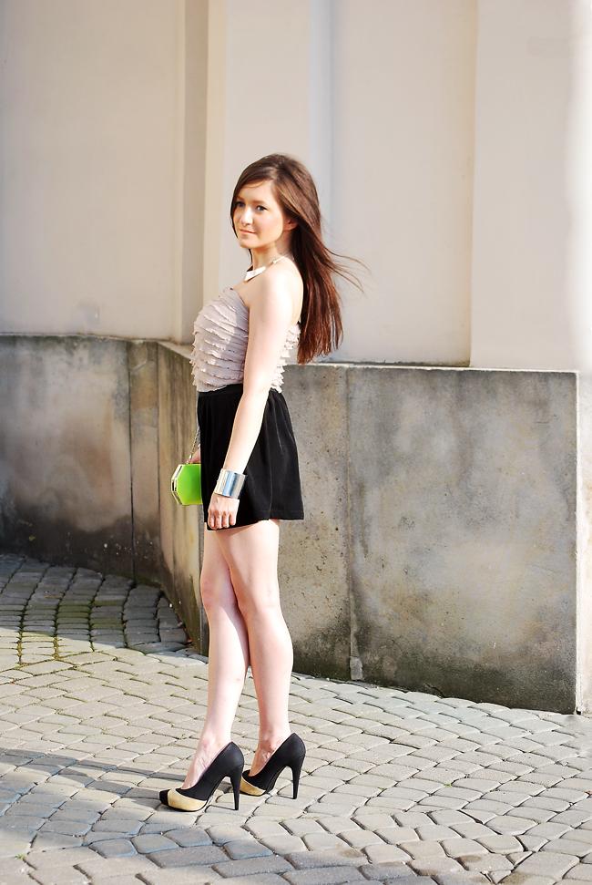 Sukienka kombinezon beżowo czarna z falbankami