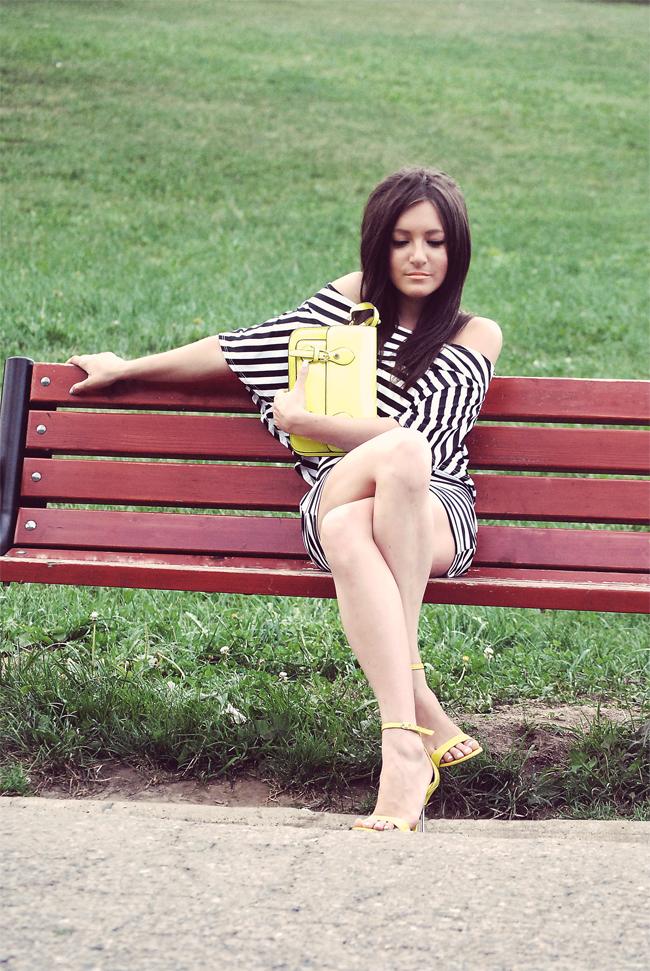Sukienka z falbankami czarno-biała