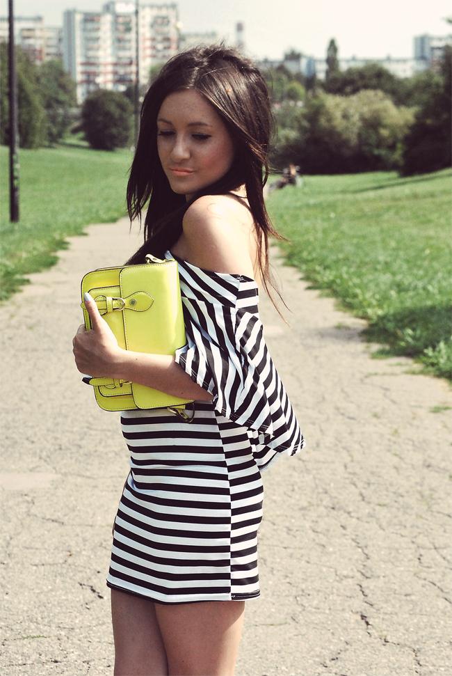 Sukienka w paski czarno-biała
