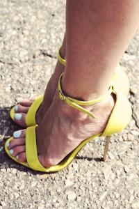 Żółte szpilki na metalowym obcasie