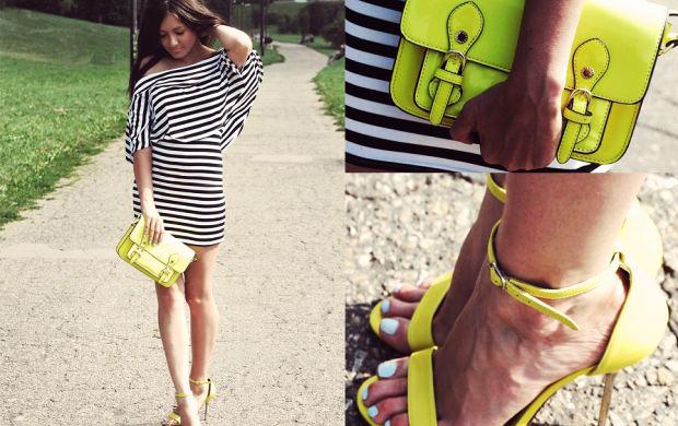 Sukienka w paski i żółte dodatki