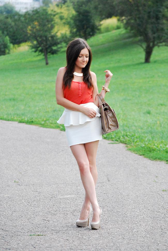 Elegancka stylizacja torebka nude i spódnica z baskinką