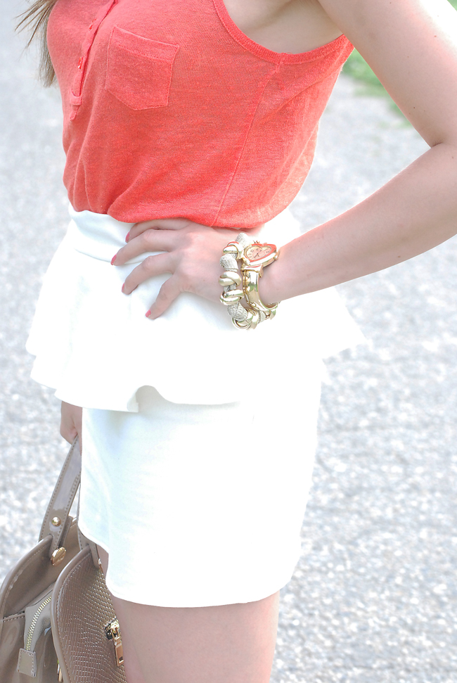Biała spódnica z baskinką
