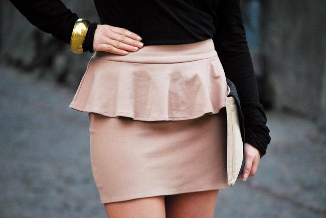 Beżowa spódnica z baskinką