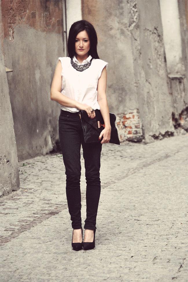 Biała koszula CAMAIEU i czarne rurki ZARA