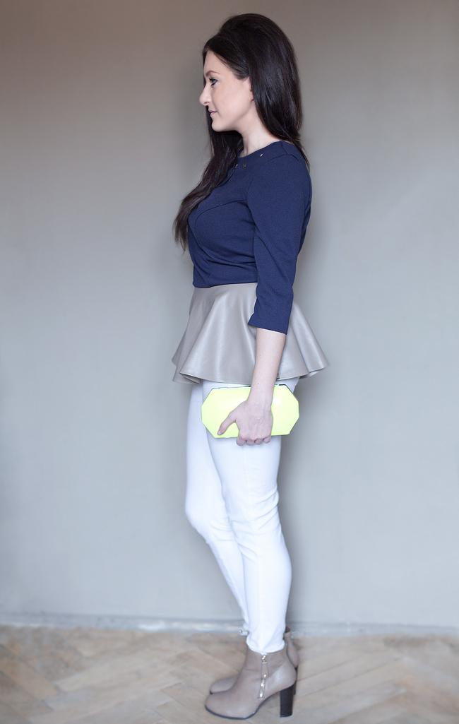 Białe rurki ZARA Granatowa bluzka z beżową baskinką i białe rurki