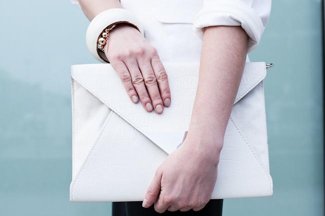 biała kopertówka wężowa HM Skórzane spodnie, biała marynarka, wężowa kopertówka i kapelusz