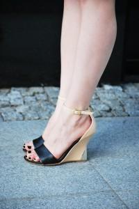 buty na koturnie nude czarne złoty obcas