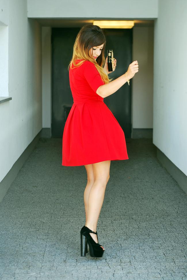 czerwona sukienka falbany