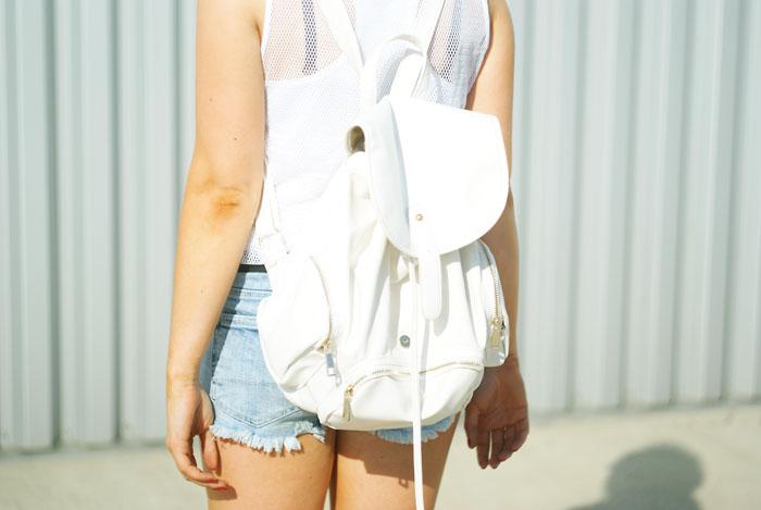 w białym plecaku