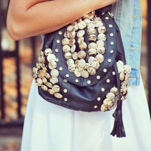 Plecak ze złotymi guzikami