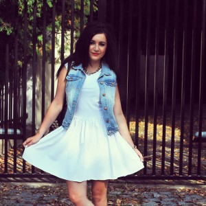 Rozkloszowana sukienka biała