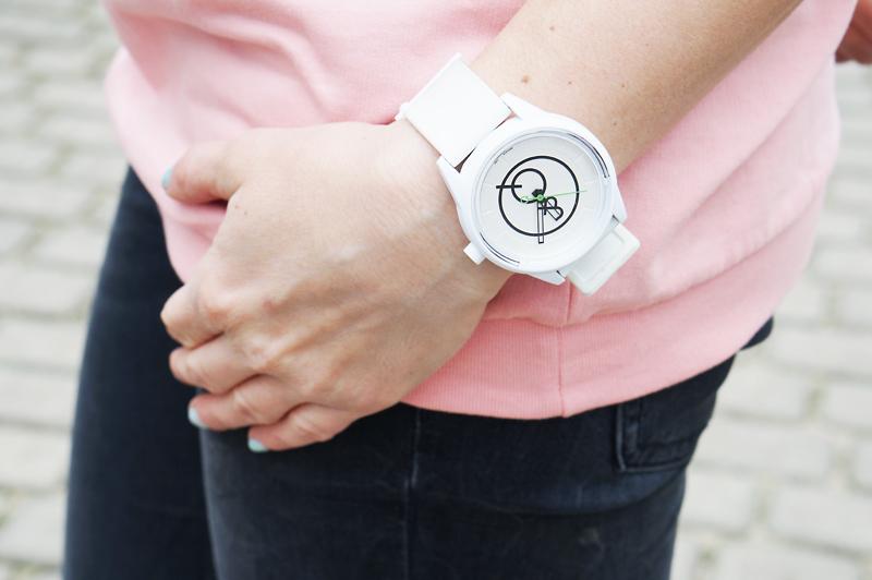biały zegarek smile Q and Q