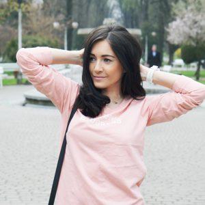 Różowa bluza i białe Air Maxy w lekkiej stylizacji na wiosnę
