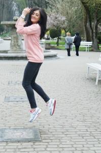 różowa bluza sportowa stylizacja