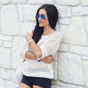 Stylizacja: szorty, elegancki sweter i sportowy plecak