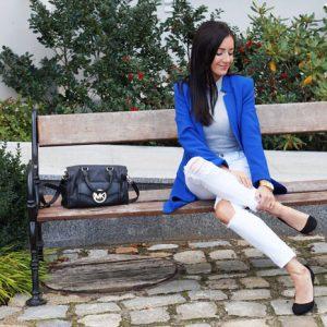 Kobaltowy płaszcz na jesień, białe spodnie i szare body