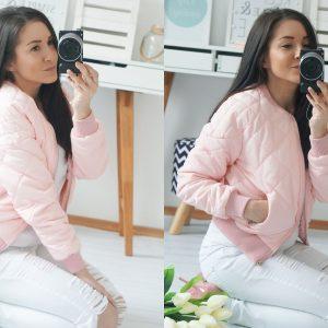 Stylizacja: pudrowa kurtka pikowana, białe rurki i różowe szpilki