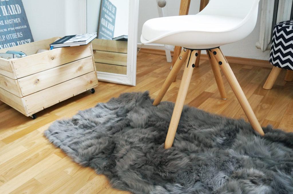 białe krzesło skandynawskie drewniane nogi