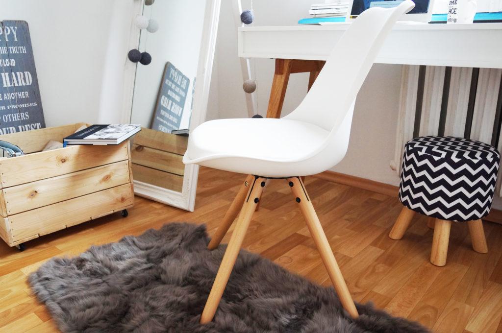 białe skandynawskie krzesło