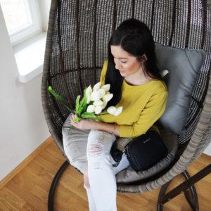Stylizacja: musztardowa bluzka, białe rurki i czarne szpilki