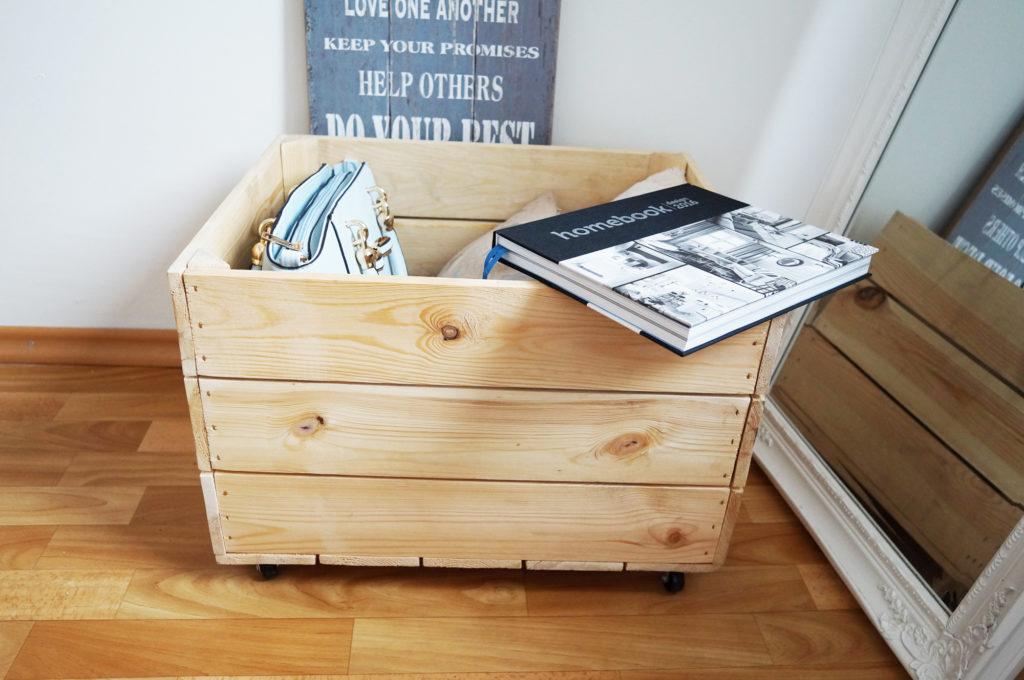 drewniana skrzynka na kółkach