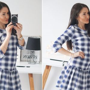Stylizacja: sukienka w kratkę z falbaną i wysokie kozaki