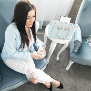 Stylizacja: torebka baby blue z białymi spodniami na wiosnę