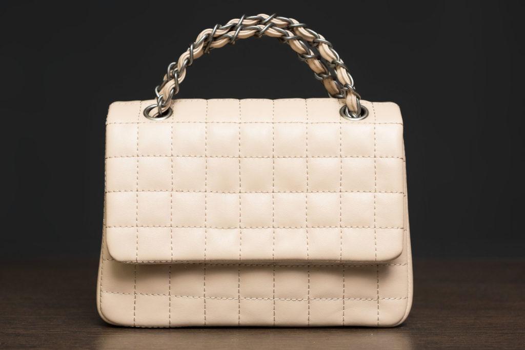4f501949c298a Popularne ostatnio mocne połączenie czerni z bielą sprawia, że torebka  bardziej pasuje do stylizacji z pazurem niż ...