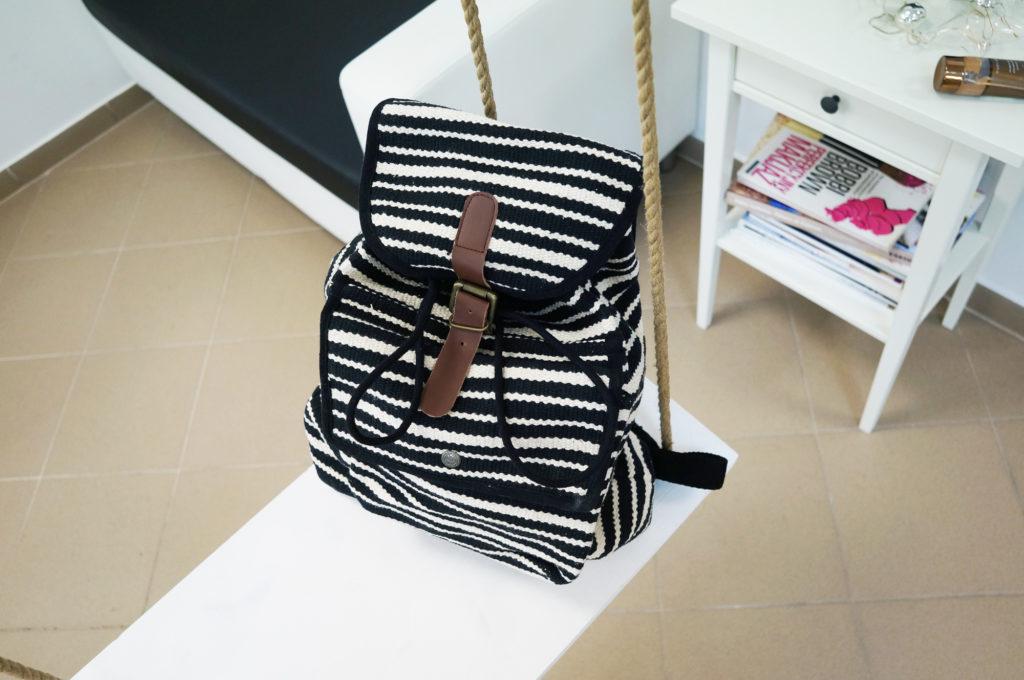 plecak w paski czarno-białe