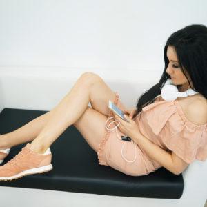 Stylizacja: pudrowa sukienka z falbanką i pastelowe sneakersy