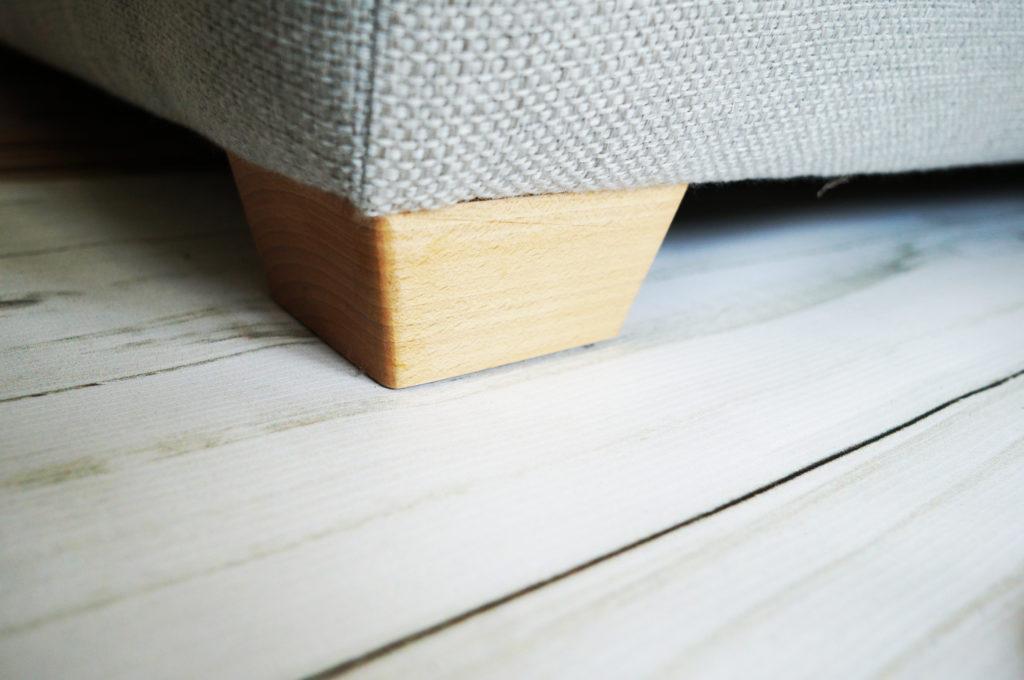 sofa na cokołach drewnianych