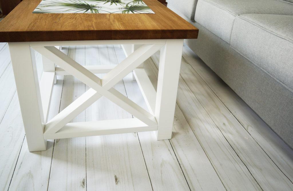 stół skandynawski na białych nogach