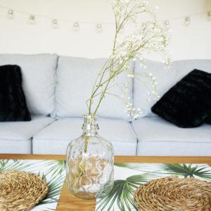 Moje wnętrza: szara sofa w salonie – pomysł na aranżację