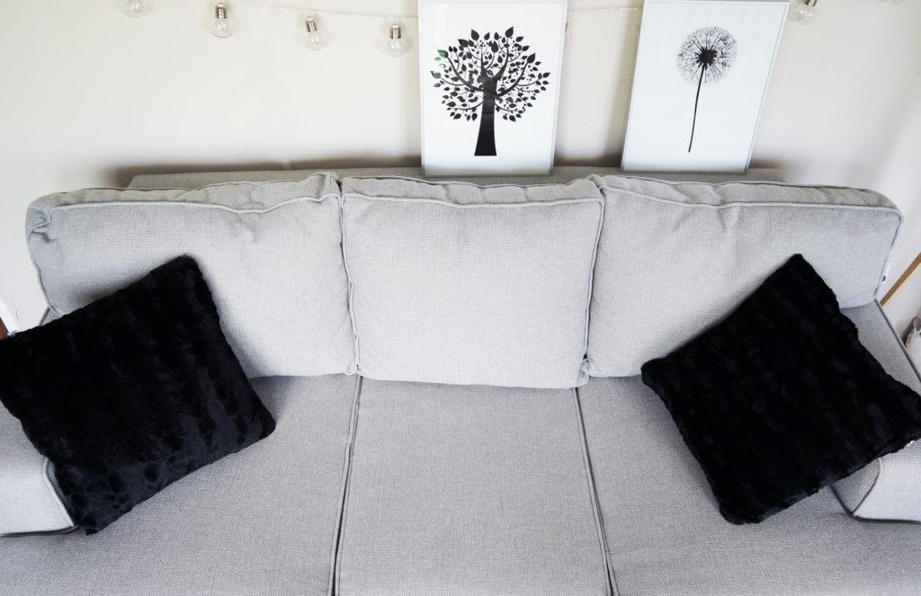 szara sofa wygodna