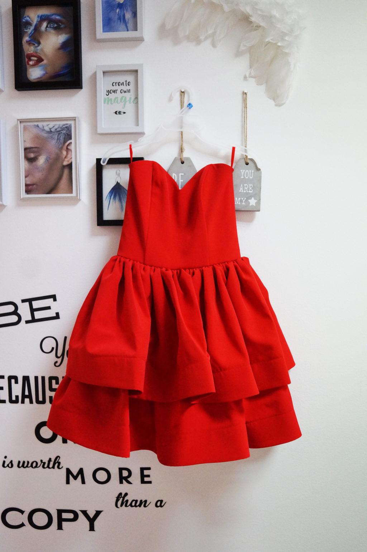 czerwona sukienka rozkloszowana na wesele