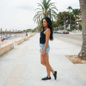 Sportowa stylizacja w butach Adidas Los Angeles i szortach