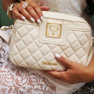 Stylizacja: biała koronkowa sukienka i torebka Love Moschino