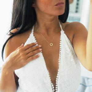 Złote celebrytki – jak nosić, co oznaczają symbole, gdzie kupować?