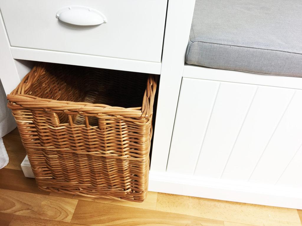 skandynawska ławka z koszykiem wiklinowym
