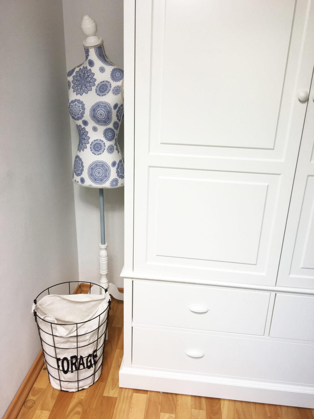 szafa biała w stylu skandynawskim
