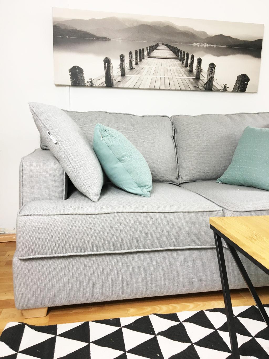 szara sofa skandynawska