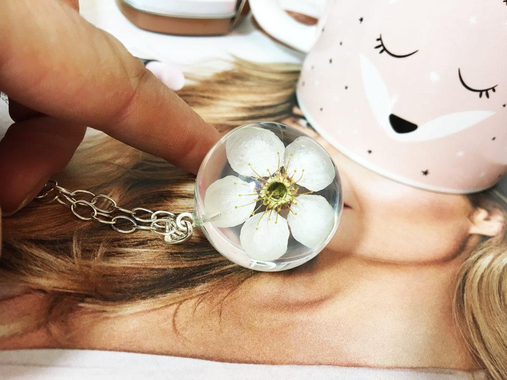 kwiat żywica biżuteria