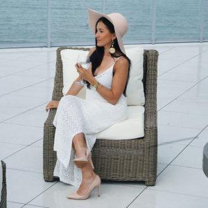 Biała sukienka maxi, bambusowa torebka i klimat morza