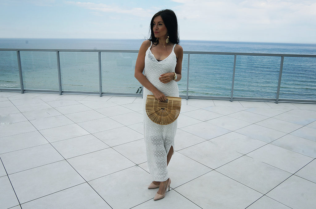 w sukience białej maxi