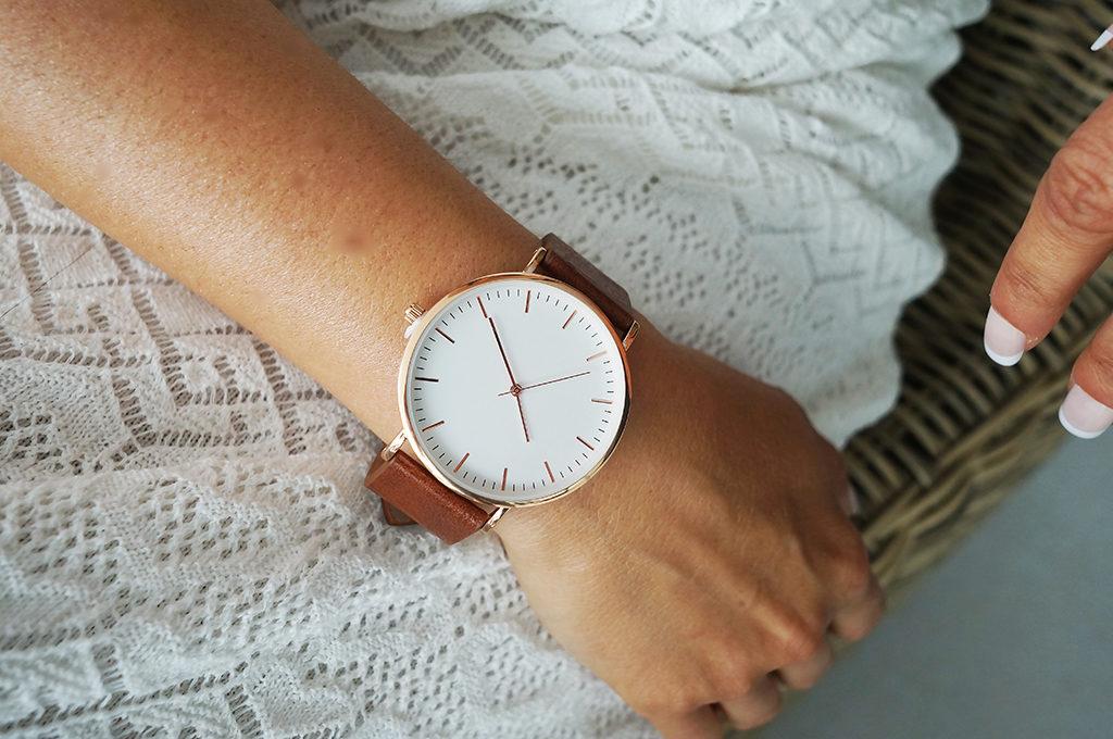 zegarek z brązowym paskiem